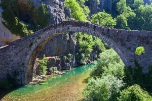 Ottoman-bridge-Vikos-Gorge-Greece_cs