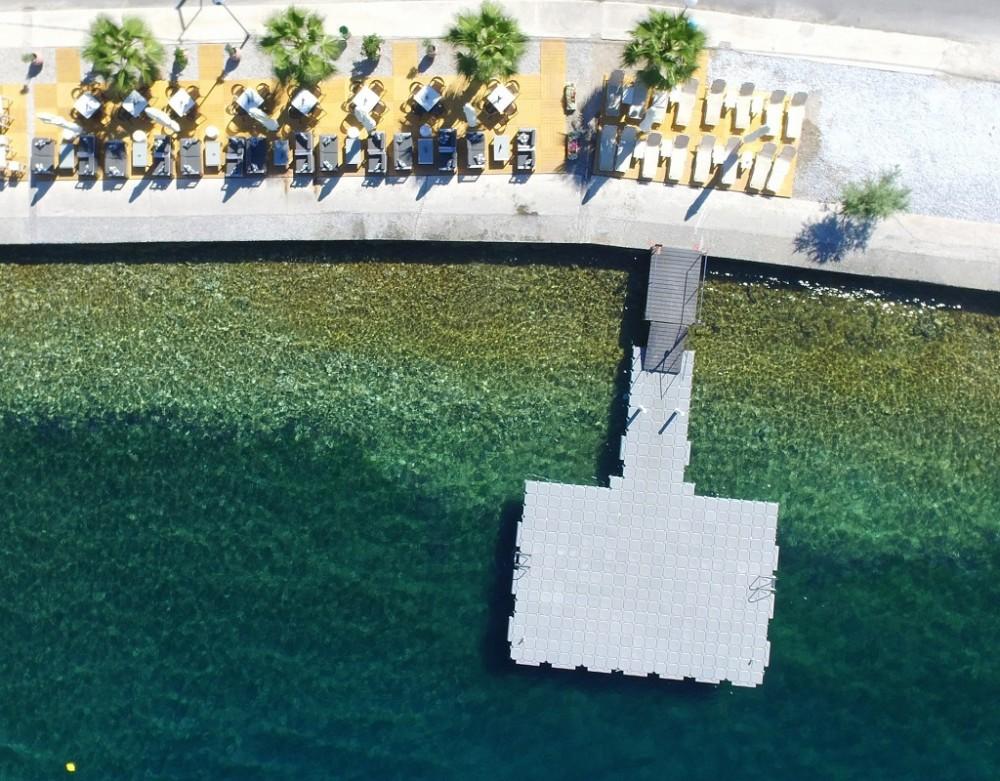 Valis-Hotel_water-platform